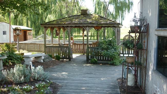 Jak postavit zahradní pergolu nebo altán ze dřeva svépomocí?